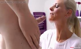 Blonde Frau pisst ihrem Sexsklaven in den Mund