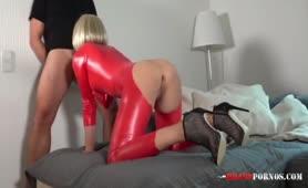 Blonde Milf im Latex Anzug wird in den Arsch gefickt