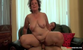 Dicke Oma benutzt jungen Burschen für Sexspiele