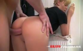 Junge blonde Amateurin ins Arschloch gefickt