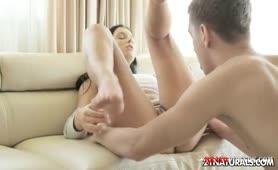 Geile Brünette macht es mit den Füßen