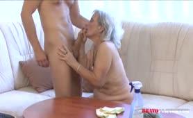 Oma Kümmert sich um den Enkel und die Wohnung