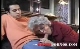 Enkel wichst und Oma hilft