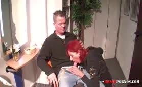 Rothaarige Friseurin nimmt Sex als Bezahlung