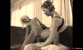 Mutter und Tochter teilen seinen Schwanz