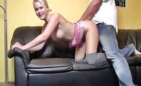 Stiefbruder fickt seine jüngere Schwester auf der Couch