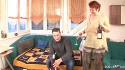 Geile Rothaarige Oma fickt mit Ihrem jungen Nachbar auf dem Sofa