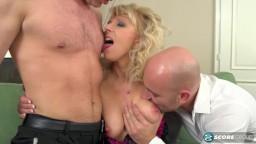 Geile blonde Milf Milena mit zwei harten Schwänzen