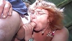 Stiefmutter wird auf dem Bauernhof gebumst