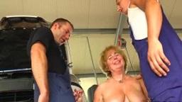Deutsche Chefin fickt mit den Mechanikern