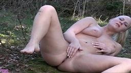 Lara-CumKitten - Heimlich im Park gefingert und Voyeur schaut zu